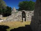 Chichen-itza Majowie koło Światyni w dali obsrwatorium