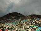 dsc_0783-stolica-w-drodze-slamsy-stolicy-kolory-budynkow-oznaczaja-przynaleznosc-partyjna
