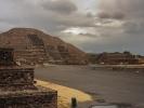 dsc_0825-teotihuacan-plac-ksiezyca-przed-piramida-ksiezyca-niski-to-centralny-oltarz