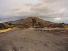 dsc_0831-teotihuacan-plac-ksiezyca-i-piramida-ksiezyca-niski-to-centralny-oltarz-teraz-odkryte-podziemne-tunele