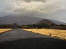 dsc_0879-teotihuacan-aleaja-zmarlych-na-koncu-piramida-ksiezyca-po-prawej-piramida-slonca