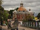 dsc_0945-pomnik-upamietniajacy-odsloniecie-przez-juana-diego-cudownej-tilmy-przed-biskupem-w-glebi-capilla-del-poc