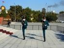 Biszkek - Plac Centralny Ala Too zmiana warty pod flaga