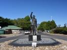 Pomnik Mandeli przed więzieniem w którym przebywał przed wysciem na wolność Wychodził tą brama