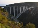 Dolina rzeki Bloukrens - most nad nia z którego skacaą na bungee